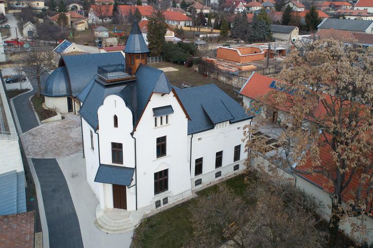"""A Borsay kastély, ahol a """"Mádi Bor Akadémia szellemisége a Debreceni Egyetemen művelt multidiszciplináris agrár- és táplálkozástudomány oktatási és kutatási tapasztalatain, valamint a település több mint fél évezredes bortermelési hagyományain építkezik."""""""