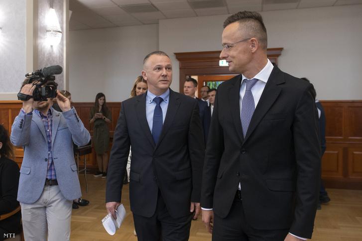 Szijjártó Péter és Zakor Sándor a Prohumán Kft. ügyvezető igazgatója érkezik a tárca és a cég stratégiai együttműködési megállapodásának aláírására 2020. május 4-én.
