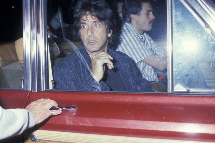 Pacino 1987-ben egy étterem előtt.