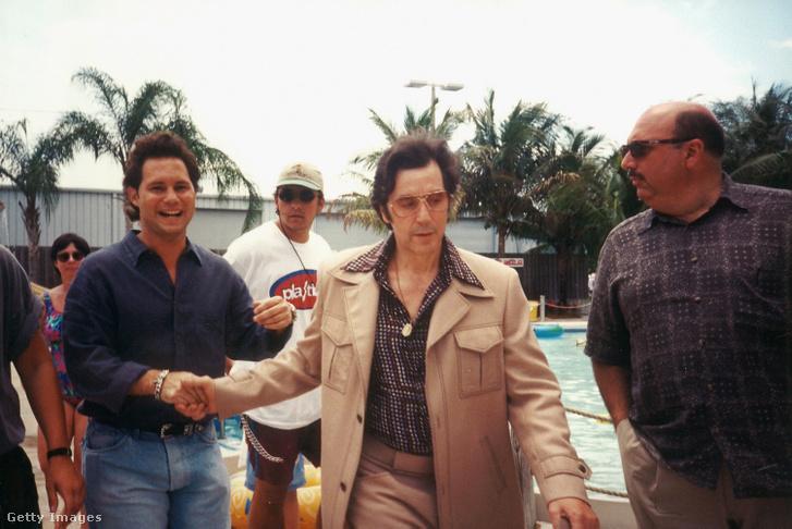 A Donnie Brasco forgatásán egy rajongóval 1997-ben.