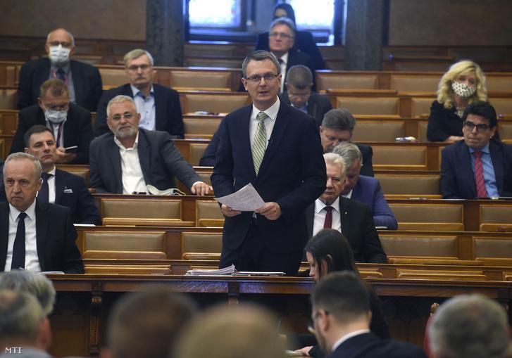 Rétvári Bence az Országgyűlés plenáris ülésén