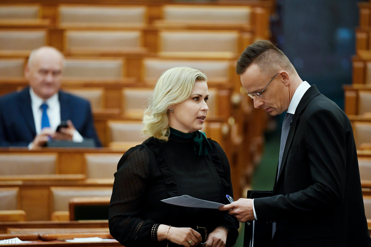 Juhász Hajnalka KDNP-s képviselő és Szijjártó Péter az Országgyűlés plenáris ülésén 2020. május 4-én.