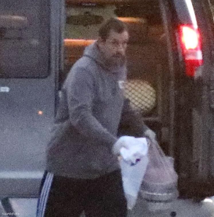 Na jó, a felesleges ételt le is pakolta a csomagtartóba, hogy azután egy burritóval megkínálhassa biztonsági őrét, ...