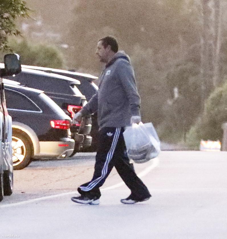 A jól célzott dobás után Adam Sandler besétált a házába, mint aki jól végezte dolgát