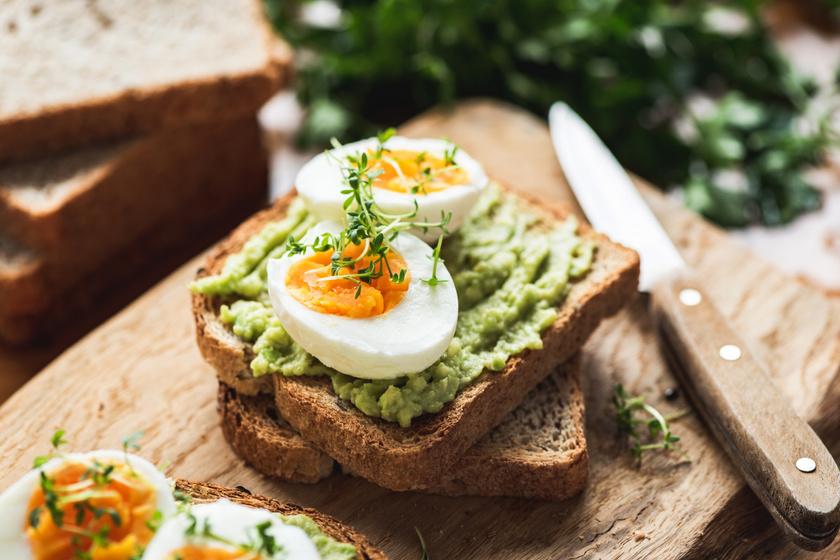 A táplálkozási szakemberek szerint testsúlykilogrammonként 2-2,5 gramm szénhidrát fogyasztása ajánlott. A teljes kiőrlésű pirítóshoz remekül passzol a fehérjékben és rostokban gazdag, étvágycsökkentő avokádó és a főtt tojás.