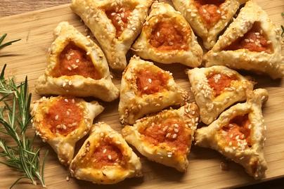 Villámgyors pizzás háromszögek leveles tésztából – Ropogós szezám van a tetején