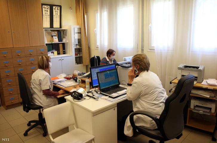 A koronavírus-járvány miatt egészségügyi maszkot viselő háziorvos fogadja a betegek telefonhívását miskolci rendelőjében 2020. március 24-én