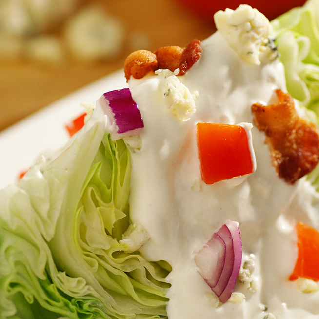 Friss jégsaláta tejfölös, sajtos szósszal - Szuper köret húsok mellé