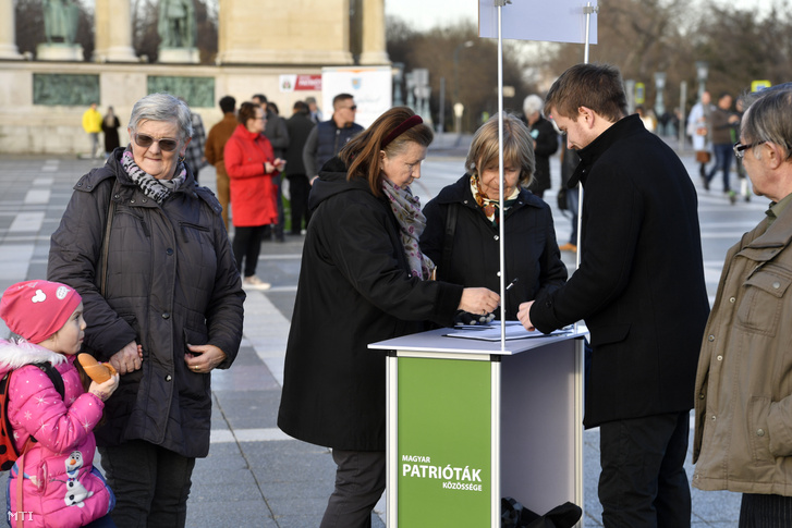 Aláírásokat gyűjtenek a nemzeti régiókról szóló európai polgári kezdeményezéshez, amelyet a Székely Nemzeti Tanács (SZNT) indított el, az erdélyi székely szabadság napjának budapesti szimpátiarendezvényén a Hősök terén 2020. március 10-én