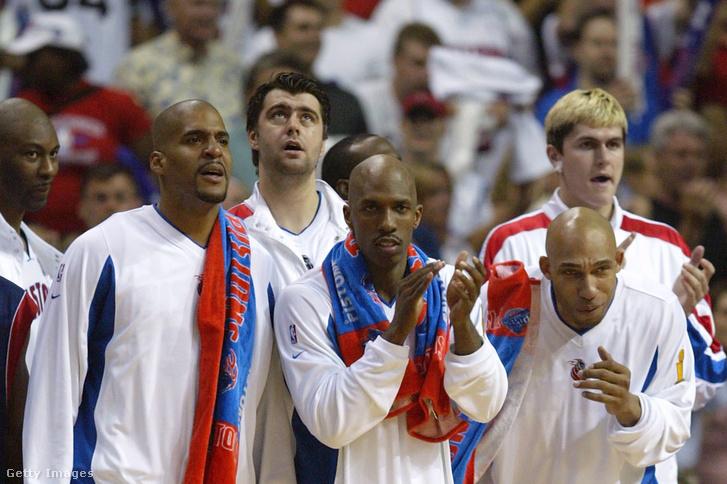 Elden Campbell (41), Corliss Williamson (34), Mehmet Okur (13), Chauncey Billups (1), Darvin Ham (8) és Darko Miličić (31) a Los Angeles Lakers-Detroit Pistols meccsen szurkolnak a pálya mellett 2004-ben