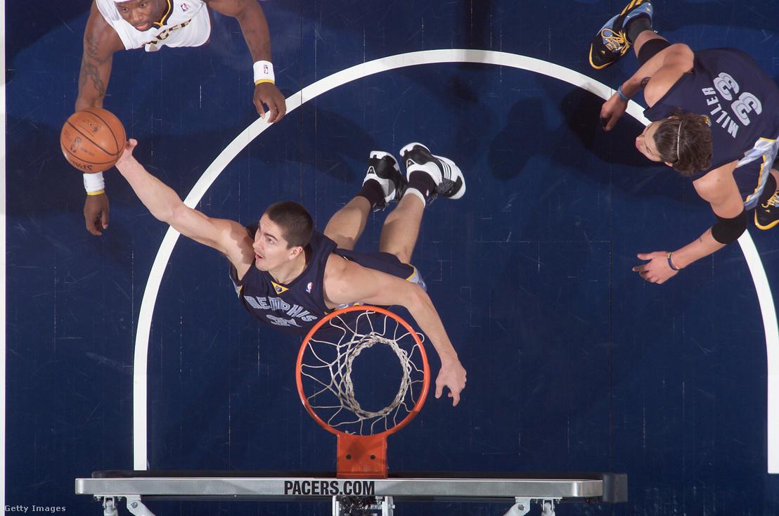 Darko Miličić a Memphis Grizzlies játékosaként a pályán az Indiana Pacers ellen 2008-ban