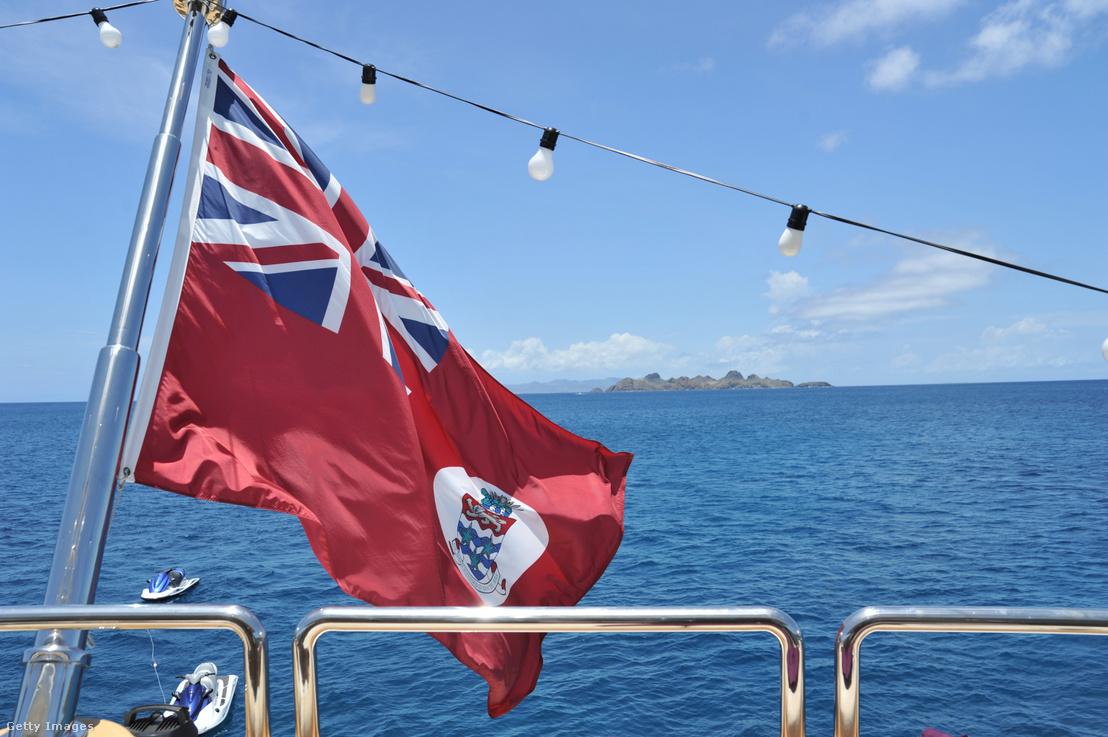 A Kajmán-szigetek zászlaja egy luxusjacht fedélzetén