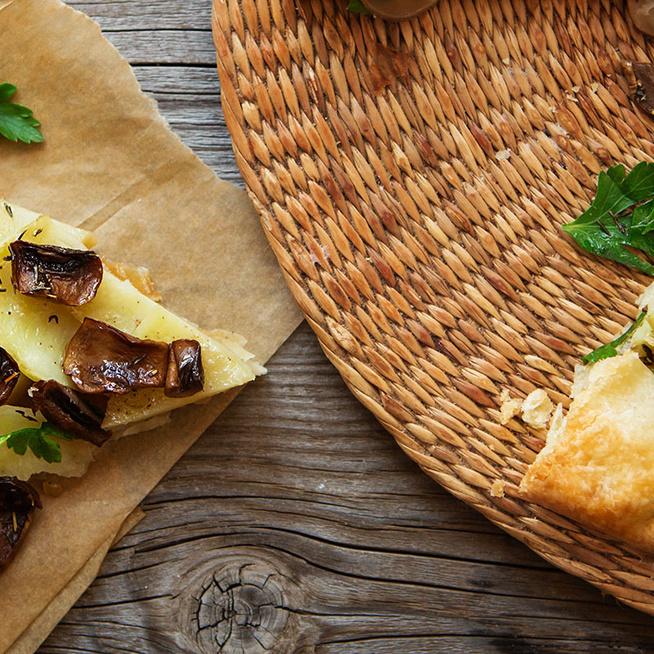 Gombás-krumplis galette: omlós, vajas tészta öleli körbe a pirult zöldségeket