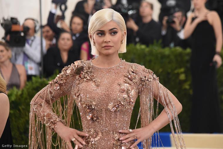 Kylie Jenner még mindig csak 22 éves, de kislánya, Stormi már elmúlt 2