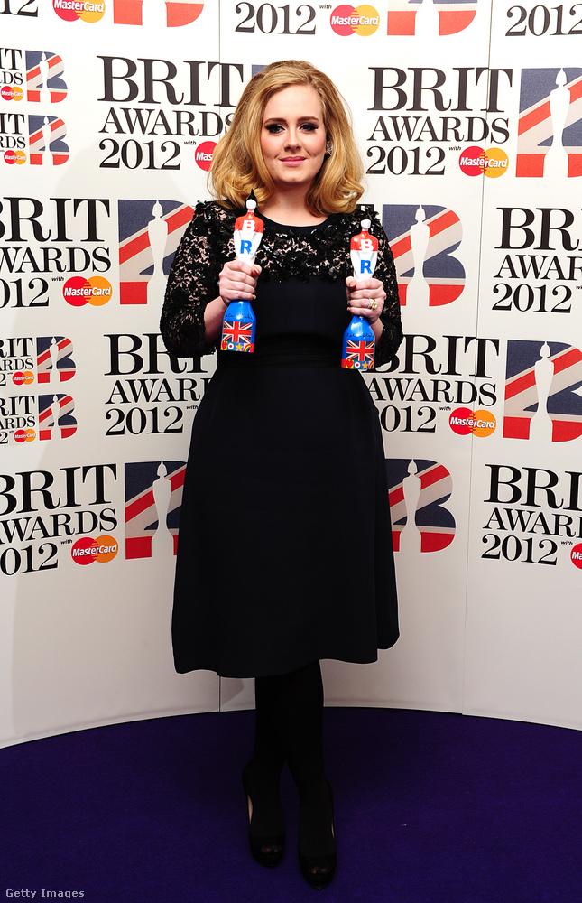 És most nézzünk néhány külföldi példát! Adele a 21 című album földinduláshoz hasonlatos sikerét követően 2012 októberében szülte meg a kisfiát