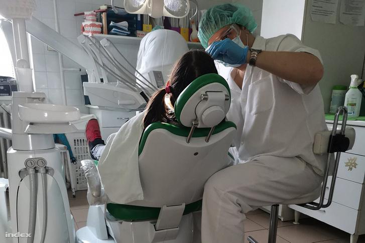 Gyermekfogorvos ellátás közben a koronavírus-járvány idején 2020.március 26-án