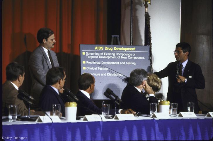Anthony Fauci jobbra és Ronald Reagan balra (1987)