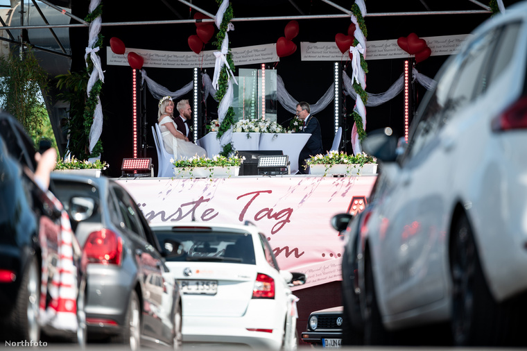 A násznép természetesen nem szállhatott ki az autókból, az autórádiókon keresztül hallgathatták a ceremóniát.