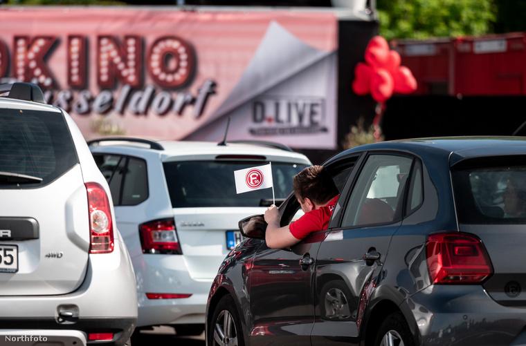A karanténszabályok miatt jelenleg a szokásos rendben tartott esküvők ki vannak zárva, de ez a német pár úgy döntött, ők megtartják az ünnepet, mégpedig egy autósmoziban.