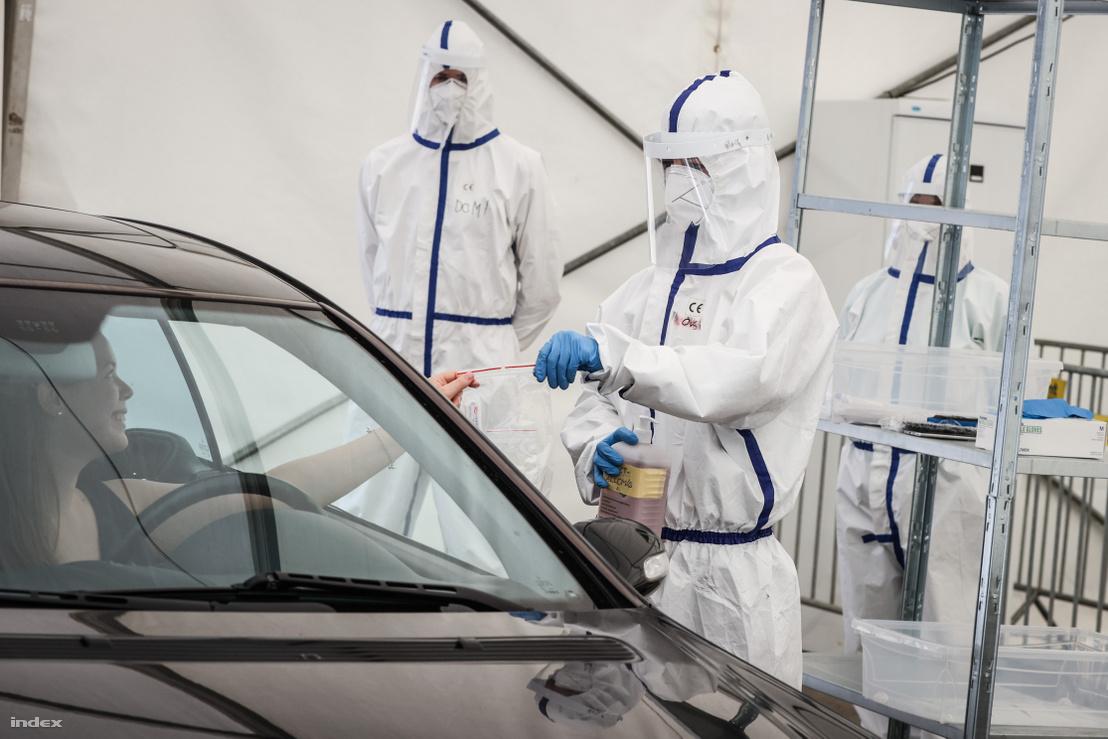 PCR-tesztet végeznek a Groupama Arénánál létrehozott autós koronavírus tesztállomáson 2020. április 29-én.