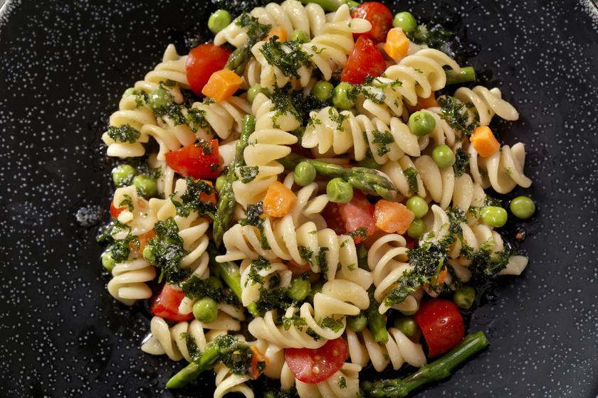 Most könnyű zamatos, roppanós zöldséges tésztát készíteni, hisz egyre több a friss, vitaminban gazdag hozzávaló. Minél többféle zöldséget használsz, annál színesebb és finomabb lesz a végeredmény. Ezt a változatot a spárga teszi különlegessé.