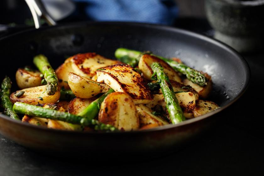 Spárgával, sajttal sült újkrumpli: csak dobd a serpenyőbe a hozzávalókat