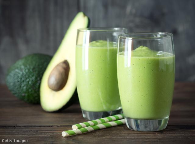 Szép zöld smoothie reggelire, hogy energikusan induljon a nap. Édesíthetjük mézzel, cukorral vagy édesítőszerrel.