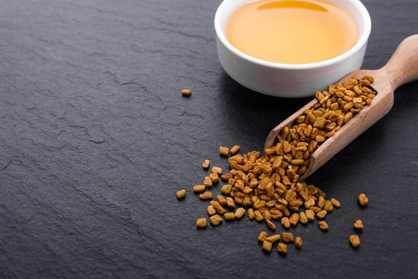 A görögszénamag nálunk főként salátafűszerként használatos, de aprócska magjaiból zsírgyilkos tea is készíthető. A szteroid jellegű szaponintartalmának köszönhetően gátolja a koleszterin felszívódását, csökkenti a vércukorszintet, magas rosttartalma pedig beindítja az emésztést.Egy teáskanálnyi mennyiséget áztass be tíz percre két deci vízbe, majd szűrd le. Ezután tedd forrásban levő vízbe, főzd tíz percen keresztül, és ismét szűrd le. Citrommal ízesítheted.