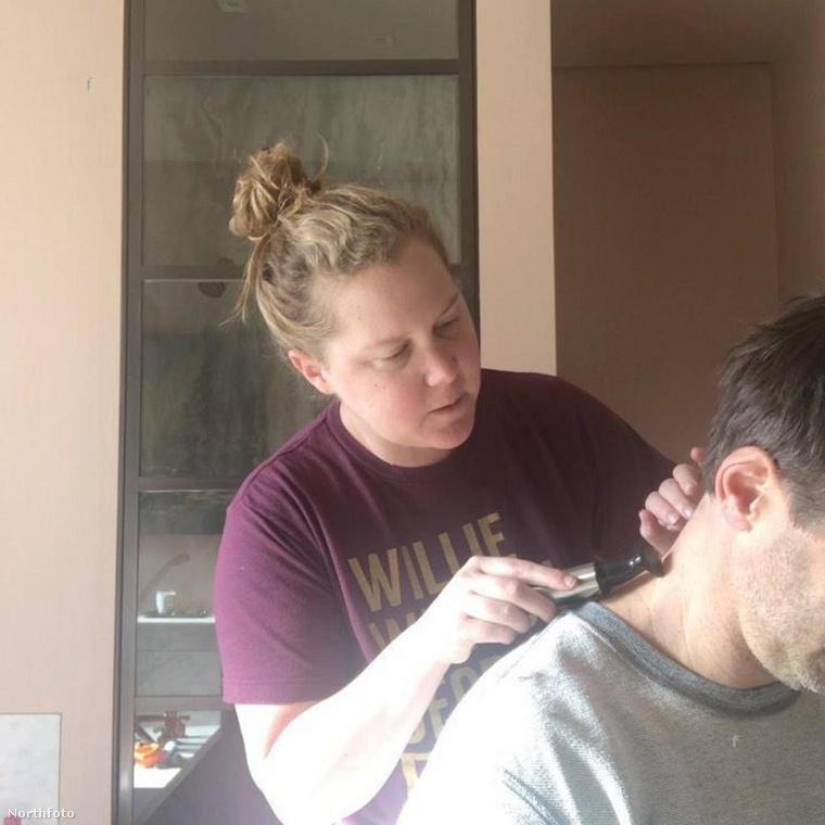 Itt pedig már egy újabb fodrásznak felcsapott feleséget láthat: Amy Schumer Insta-oldalán osztotta meg, hogyan vágta le férje haját