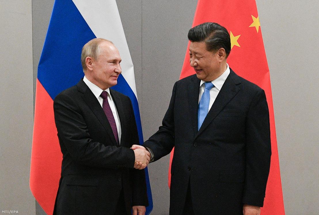 Vlagyimir Putyin orosz (b) és Hszi Csin-ping kínai elnök