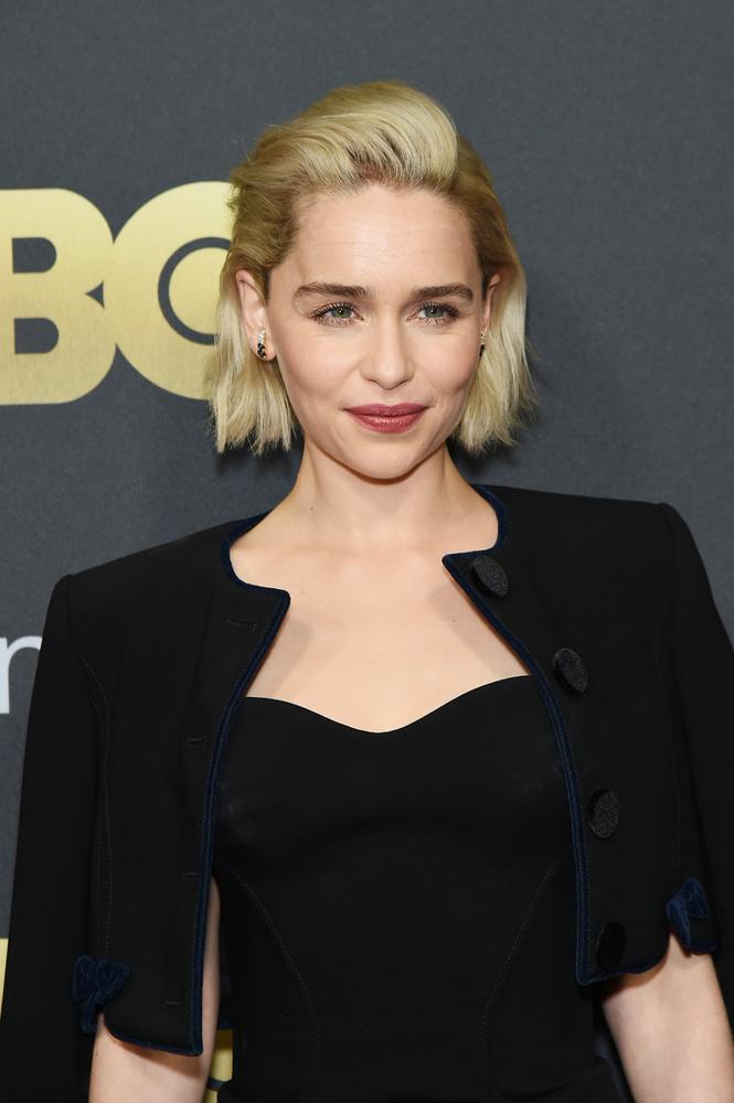 Emilia ClarkeKevés ember van a földön, akinek be kellene mutatni Emilia Clarke-ot
