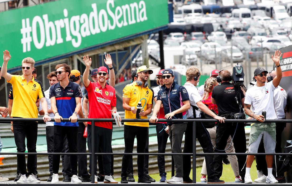 A szezon Forma-1-es versenyzői üdvözlik a rajongókat az autós gyorsasági világbajnokság Brazil Nagydíja előtt a Sao Pauló-i Interlagos pályán 2019. november 17-én.
