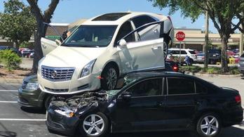 Elképesztő milyen balesetet okozott egy idős férfi Cadillacjével