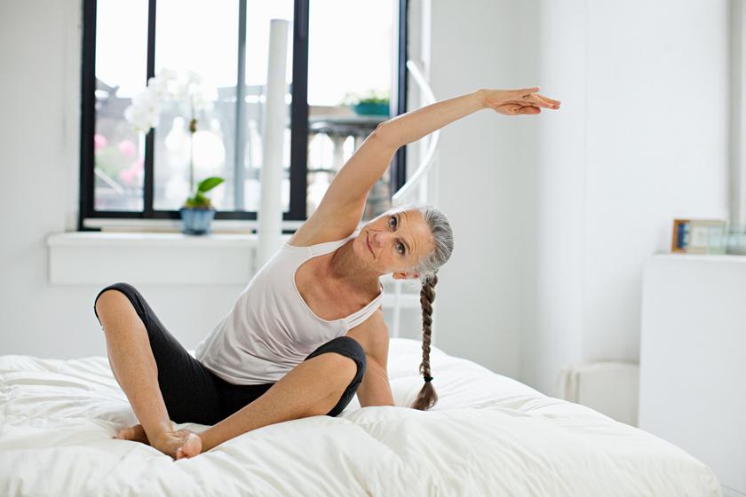 Ülj keresztezett lábú ülésben, és támaszd ki magad az egyik, behajlított karoddal, majd a másikkal a fejed fölött nyújtózz meg a támaszkodó kar irányába! Engedd magad minél mélyebbre, amíg jólesik! Végezd el háromszor 10-10 másodpercig mindkét oldalra!