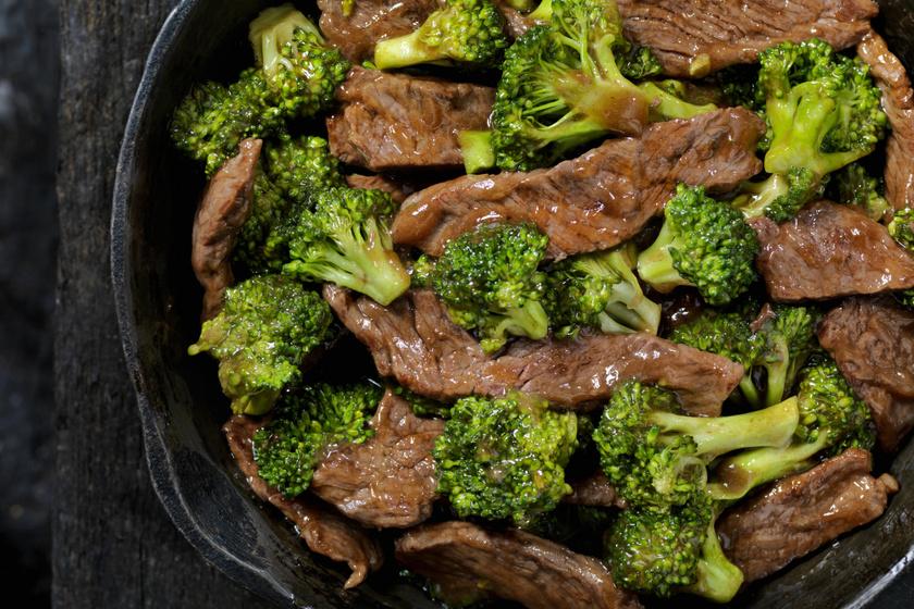 Brokkolival sült marhaszeletek: egyszerű, gyors, kínai recept