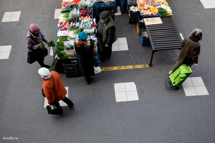 Budapesten a Fény utcai piacon a középső, kisebb standokon a kistermelők és őstermelők értékesítik termékeiket.