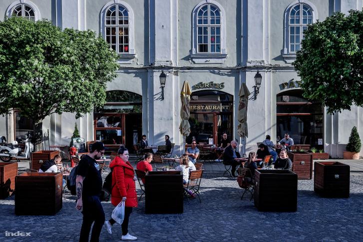 Egy székesfehérvári söröző nyitott terasza 2020. május 4-én.