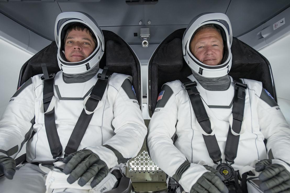 Balra Behnken, jobbra Hurley a Crew Dragon űrhajóban, a SpaceX által tervezett űrruhában