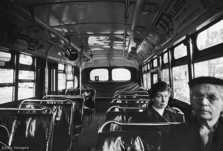 Két nő egy alabamai járaton 1956-ban.