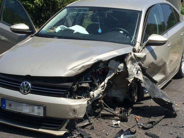 A kerék és az első lengéscsillapító együtt szakadt ki a helyéről, majd mielőtt a felni leszakadt a kerékagyról, letarolta az autó ajtaját és belenyomódott a küszöbbe is