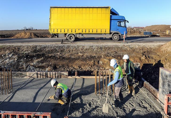 A Határ úti közúti vasúti felüljáró alap betonozása Debrecenben 2018. december 5-én.
