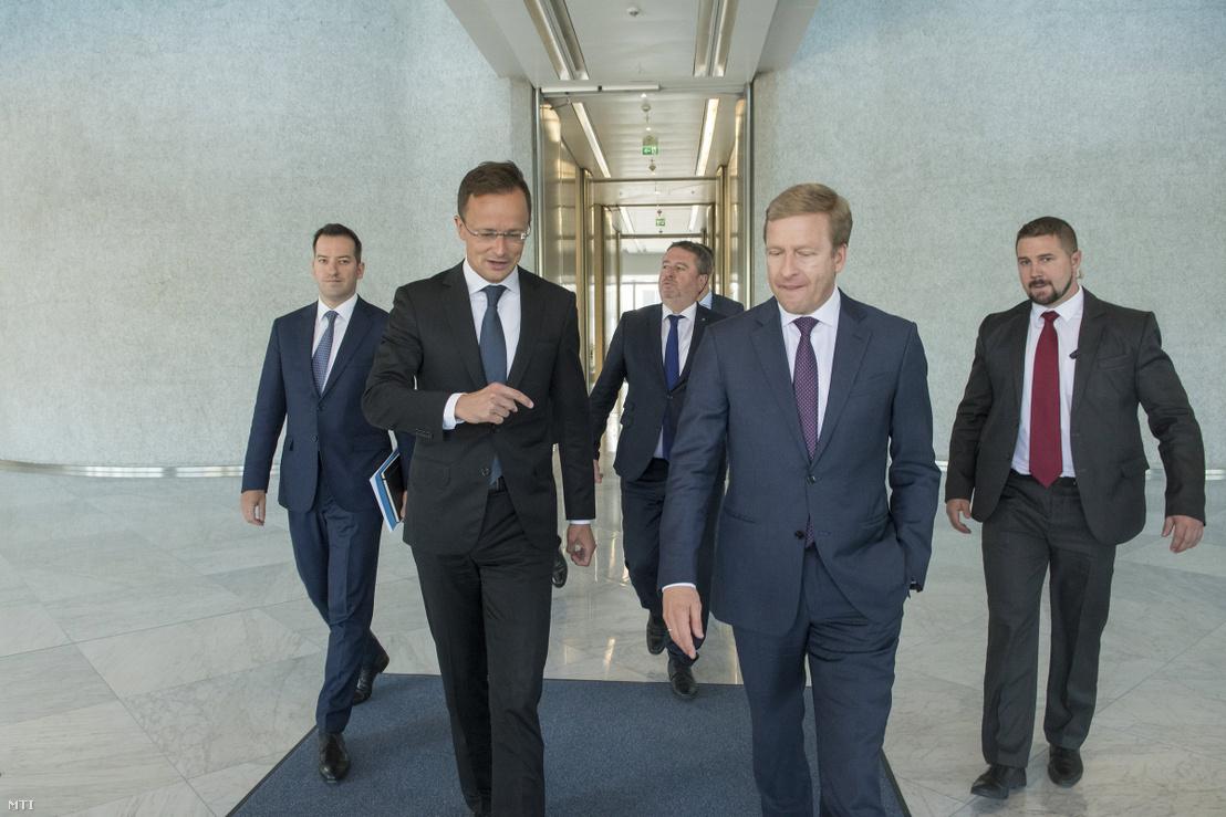 Szijjártó Péter és Oliver Zipse a cégcsoport müncheni központjában 2019. július 10-én. Mögöttük Ésik Róbert a HIPA elnöke és Györkös Péter Magyarország berlini nagykövete.
