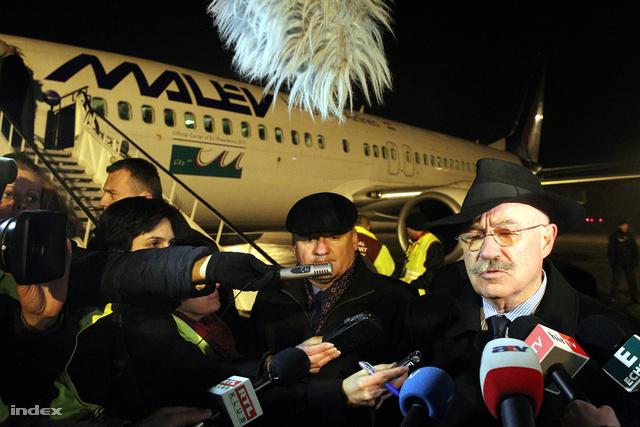 Martonyi János, Hende Csaba és a TEK közös sajtótájékoztatója Ferihegyen, a Líbiából kimenekített magyarok hazaérkezése után.