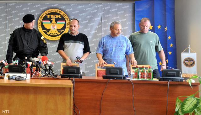 Hajdu János és a Szíriából hazahozott három magyar férfi.