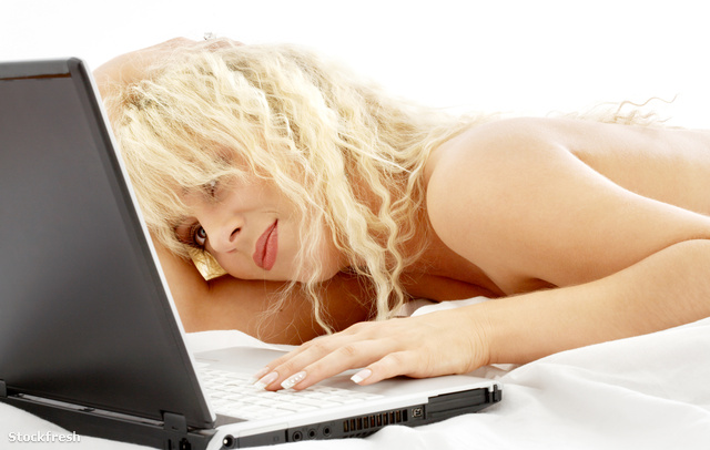 stockfresh 16013 portrait-of-blond-laying-in-bed-with-laptop siz
