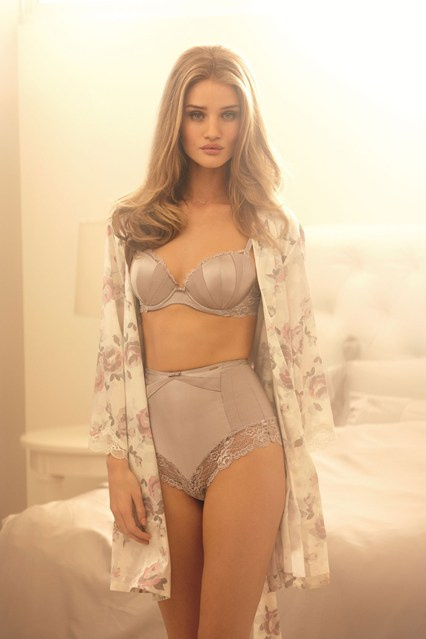 Rosie Huntington-Whiteley fehérneműben