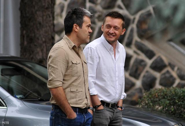 Rogán Antal Habony Árpáddal beszélget a Fidesz 2011-es kihelyezett frakcióülésén, Hajdúszoboszlón.