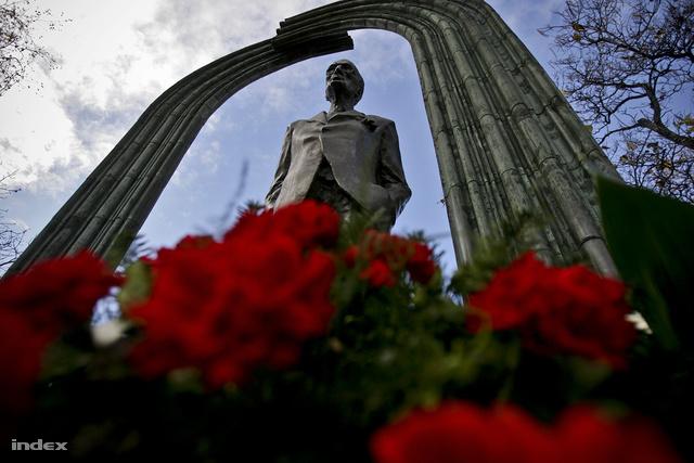Károlyi Mihály néhai magyar miniszterelnök, köztársasági elnök szobra a budapesti Kossuth téren.