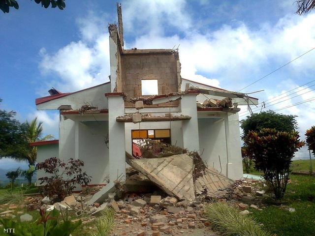 A Canal 7 televízió által közreadott felvételen egy megrongálódott templom látható a Costa Rica-i Santa Cruzban 2012. szeptember 5-én, miután a Richter-skála szerinti 7,6-es erősségű földrengés rázta meg a térséget.
