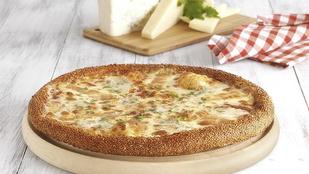 Tengerparti hangulat otthon – krémsajtos pizza szardellával és lime-mal